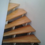 Treppe in Metall-Holz Kombination.